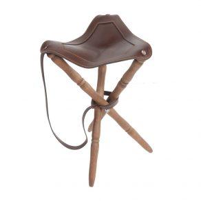 Silla trípode con asiento en piel de bovino y patas torneadas en madera de haya