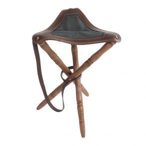 Silla trípode con asiento en piel de bovino y sarga, patas torneadas en madera de haya