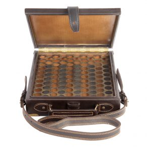 Maletín (avispero) para cartuchos fabricado en piel de bovino con esquineras metálicas, calibres 12 y 20